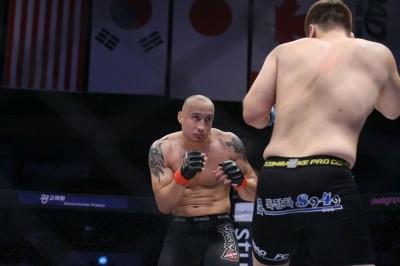 【RFC08】負けられないデニス・カンが、超慎重ファイトでも殴り勝つ