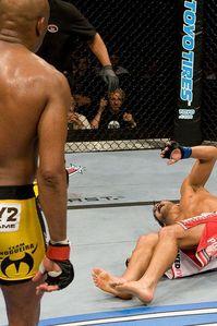 """【UFC90】アンデウソン・シウバ、まさかの""""ヒザ""""で防衛"""