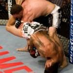 【UFC101】アルメイダ勝利も、グローブの十字にヒヤリ