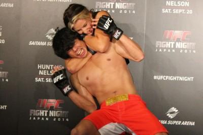 【写真】ミーシャは庄司智春にアームドラッグからリアネイキッドチョークを極めた(C)MMAPLANET
