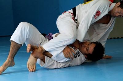 【写真】トレーニング・パートナーのなんたら(※日沖)発は「息抜き」と笑うが、攻められる展開が多い久米は息は抜けない……(C)MMAPLANET