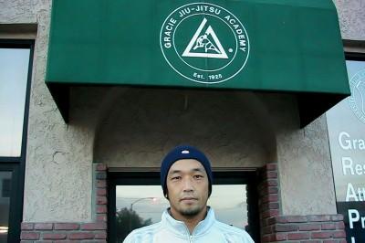 【写真】今やミュージアムを併設するグレイシー・アカデミー、その一代前、隣に日本食レスリングがあった時代のアカデミーの前で(C)MAX MASUZAWA