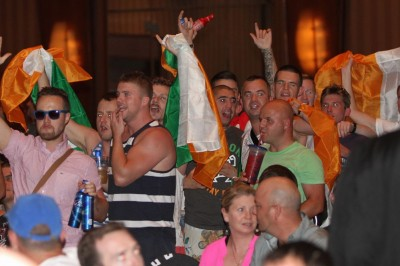 【写真】このようなアイルランド人サポーターが、計量会場のいたるところを占拠していた。明日、彼らがビールを飲むとどこまで勢いづくのか、恐ろしい……(C)MMAPLANET