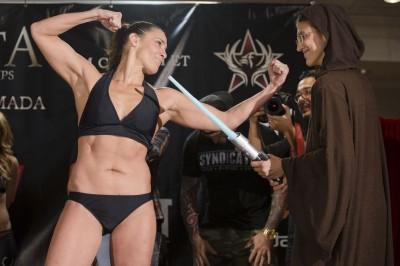 【写真】米国と日本で女子MMAとともに歩んできたタラとロクサン、4年3カ月前に対戦した時はロクサンが勝利。TUFの非公式を除けば、ロクサンはそれ以来勝利から遠ざかっている(C)ESTHER LIN/INVICTA FC
