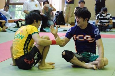 【写真】戦い終わってノーサイド。健闘を称えあう西林と戦うIT社長改め、戦うためにIT社長をやっている――伊藤(C)HIROYUKI KATO