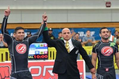 決勝戦は、ベンヘンを倒したマフラがチェッキマットの同門チアゴ・アベルーと優勝をシェアした(C) Kenny Jewel /GrappleTv