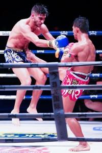 【写真】序盤から激しい攻防が見られた一戦。エークプラチャーはサルバドールの飛びヒザを前蹴りで止めるなど、防御のための攻撃も冴え、上手さが目立った(C)Kunlun Fight