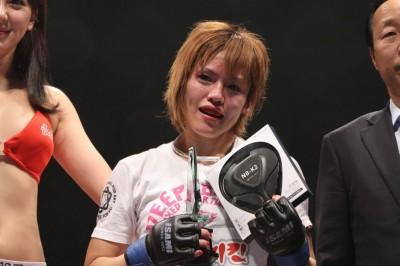 【写真】パンチを被弾しても、打ち返して組みつき続けた富松。ケージコントロールを評価されたか、際どい勝負を制した(C)MMAPLANET