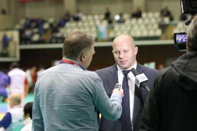 【写真】ロシアのTV局のインタビューを受けるヒョードル(C)MMAPLANET