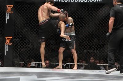 【写真】長身からヒザ蹴りは脅威。ローとハイ、迎えうっての右フックも怖い(C)MMAPLANET