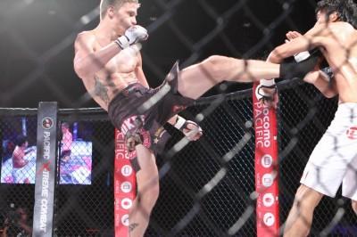【写真】この前蹴りでチョープは自らの制空権の確保に入る(C)MMAPLANET