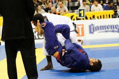 【写真】ここから腕十字に入る名人技を持つオターヴィオ・ソウザ。打倒ロへ、エスティマとの決勝シェアがデフォルトか(C)MMAPLANET