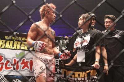 【写真】誰よりも佐々木の身を案じつつ、厳しい叱咤激励の声をコーナーから送った藤井恵さんと二人三脚で勝ち取った勝利か(C)MMAPLANET