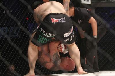 【写真】前戦でもヘビー級で戦い腕十字を極めたルカス谷(C)MMAPLANET