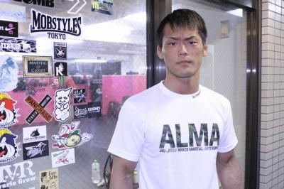 【写真】この写真もそうだが、トップにあるサンドバッグを戦いている写真など、牛久の肌の黒さで適正な露出にするのは──実は少し難しい(C)TAKUMI NAKAMURA