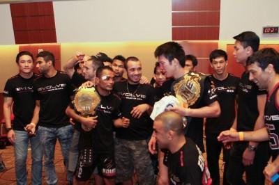 【写真】ONE世界ストロー級王者デェダムロンはタイ人、ライト級チャンピオンの青木、イヴォルブはタイ人、ブラジル人、日本、英国、米国のみならず、フィリピン、シンガポールの多国籍チームだ(C)MMAPLANET