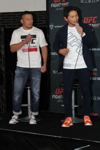 【写真】川尻達也と宇野薫。Tシャツやスニーカーは、UFCの公式ユニフォースを作成するリーボック製で、日本では来春発売予定のUFCモデルが日本大会では限定発売されるとのこと(C)MMAPLANET