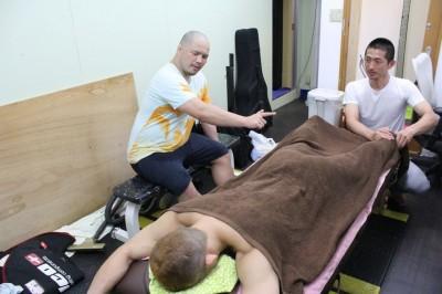 """【写真】今年3月に柔道整復師の資格を取った桜井""""マッハ""""速人。巣鴨支部内に施術台を設けて、練習後の選手にマッサージ・ケアを施すようにしている(C)TAKUMI NAKAMURA"""