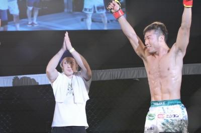 【写真】6月21日のVTJ 大阪大会でカナ・ハヤットに勝利したあとのパフォーマンスに満足げな中村優作と、乗り切れないな田中路教(C)MMAPLANET