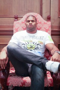 【写真】こちらが本家本元のアリスター様の王様座り。組んだ足の左右でなく、根本的に何かが違う(C)MMAPLANET