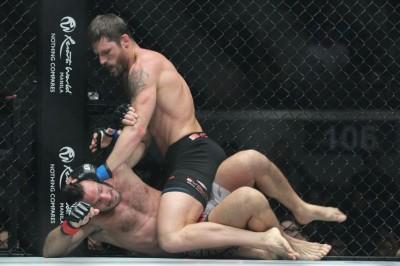 【写真】マウントを奪いにいくが、バックコントロールの方が戦いやすそうなバトラー(C)MMAPLANET
