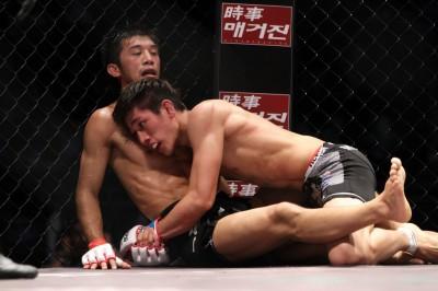 2度の急所蹴りで悶絶するシーンもあった後で、しっかりと佐藤将光を相手にスクランブルを制し、トップを維持できる強さを見せた日本大会でのキム・ミンウ(C)MMAPLANET