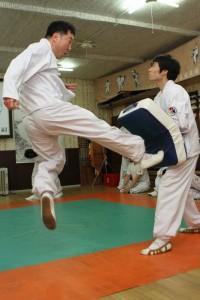 爪先で股間を蹴る──舞踊のように形を残す古流の技には、MMAでは使えない危険な技も多い(C)MMAPLANET