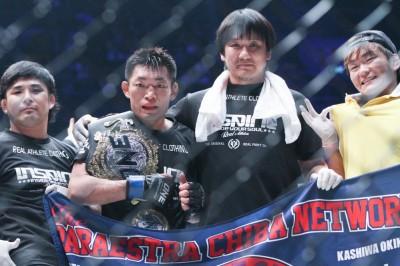 松音良太、兄・のび太、パラ千葉ネットワーク鶴屋代表と共にONEのケージで兄のベルト大会を喜ぶ(C)MMAPLANET