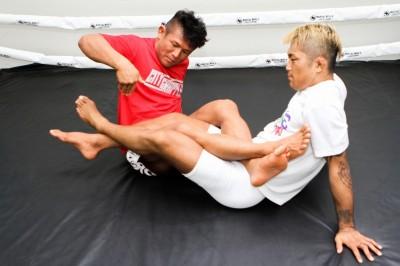 「すると相手は左足を右足にクロスして防いでくるので、その左足の甲をわきの下で抱えて」