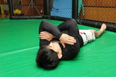 オレイニクは相手が警戒していないので、駆け引きもないままから左腕を喉下に差し入れていきました。