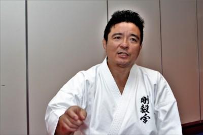 岩﨑達也 1990年に史上最年少、極真空手=全日本ウェイト制空手道選手権大会優勝。95年も同選手権制覇。現在は古伝空手・剛毅會を主宰する