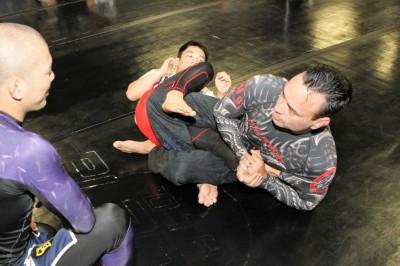 出稽古に来ていたネクサセンス嶋田裕太とAACC澤田龍人にサドルポジションの流れを説明するエディ(C)MMAPLANET