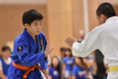 ジュニア3 黄/橙帯ミディアムヘビー級優勝、伊集龍皇君(左)