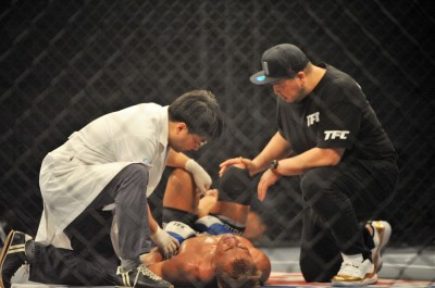 【Top FC15】試合結果 佐藤豪則、5Rの急所蹴りで涙呑む。ジュニア&酒井は敗れる