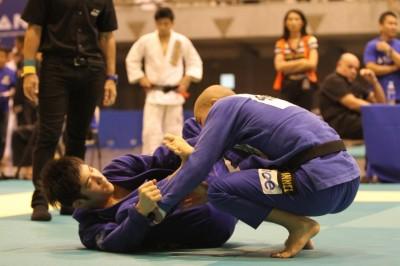 モダン柔術を考慮したポスチャーが、嶋田は橋本知之と並び素晴らしい