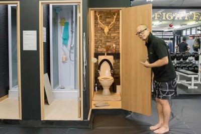 高谷が自身で皮を剥がすところから制作した鹿のハンティングトロフィーがトイレに飾られている