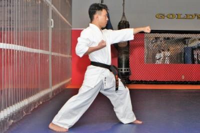 横から見た歩幅(縦歩幅)はだいたい肩幅の2倍。前足のヒザをしっかりと曲げて、後ろ足のヒザは伸ばす。引手は胸の高さにある。