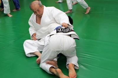 引き込んで後ろ帯を左手で取り、右手はワキをすくわずに中袖を取っている