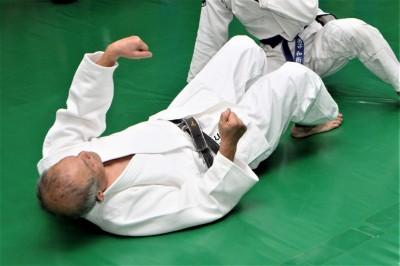 帯を取った左手は天井に向かって引き揚げ、右手はヒジをマットに立てるように押し上げる
