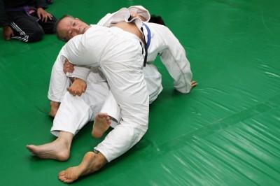 その手を引き上げ、右手はヒジを立てて相手の左ヒジを押し上げる。と同時に左足で、