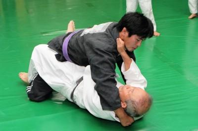 頭を抱えに来た相手に対し、左手でその左襟を深く取り、右手は浅く横襟を取る