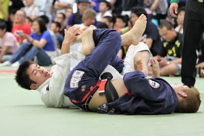 ブラジリアン柔術の試合でも、ヒザ固めは見られる。ダブルガードの攻防のモダン柔術がこの流れを創った