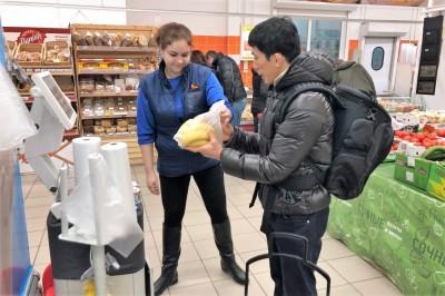 インタビュー後の買い出しでは、バナナの購入方法もマスター