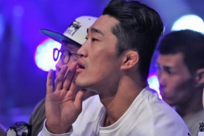 チャンミンと練習してきたキム・ドンヒョンが観客席から指示を送る