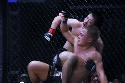 【Shooto 30th Anniv.T07】ダウンしても立ち上がってテイクダウン。藤井伸樹が齋藤を押さえ込んで判定勝ち