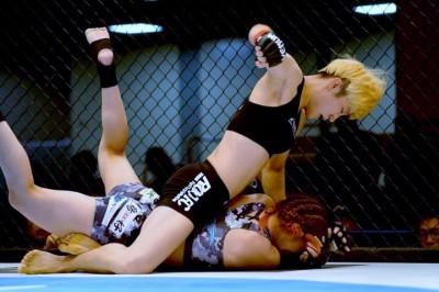 【DEEP JWELS26】寝技でパク・ジョンウンが佐藤を圧倒し、パウンドアウトTKO勝ち