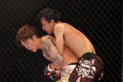 【DEEP93】伊藤裕樹、鮎田直人にケージに押し込まれバックグラブを許し判定負けで初黒星