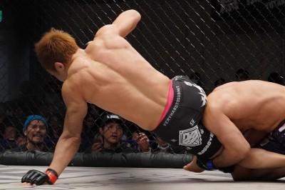 【Shooto2020#01】マットに手をついた魚井、ヒジが逆に曲がり手塚がTKO勝利