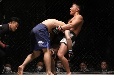 【Gladiator012】中川皓貴が、アームイン・ゴゴ的チョークで天草ストロンガー四郎を落とす