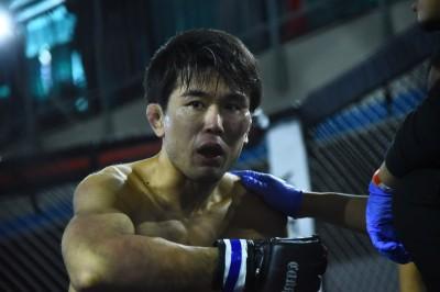 【NEXUS19】レポート─01─鈴木淑徳はサッカーボールキックで反則勝ち。手数のバンが青井に競り勝つ